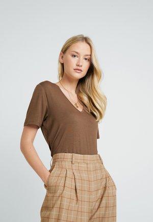 SOLLYLN - T-shirts basic - carafe brown