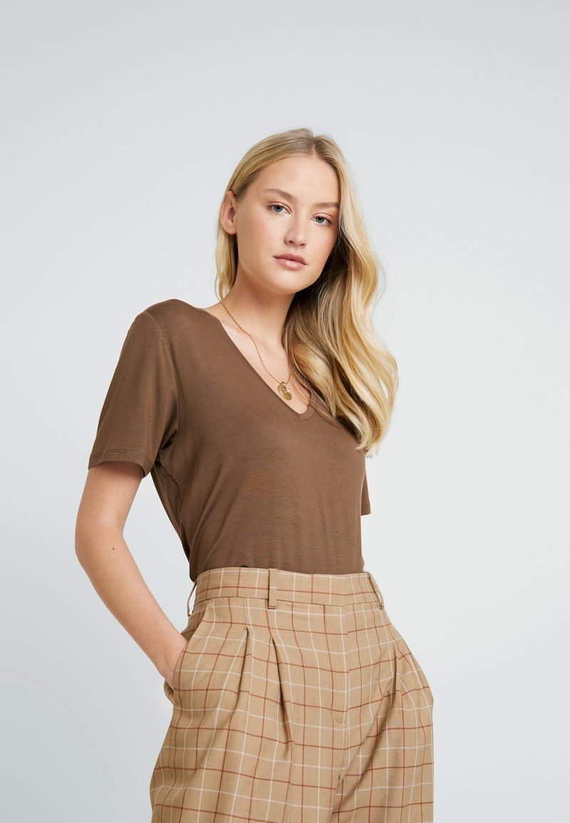 Lounge Nine - SOLLYLN - T-shirts basic - carafe brown