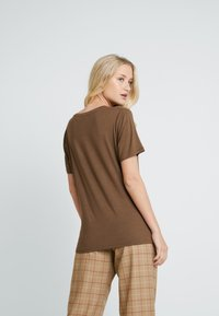 Lounge Nine - SOLLYLN - T-shirt basic - carafe brown - 2