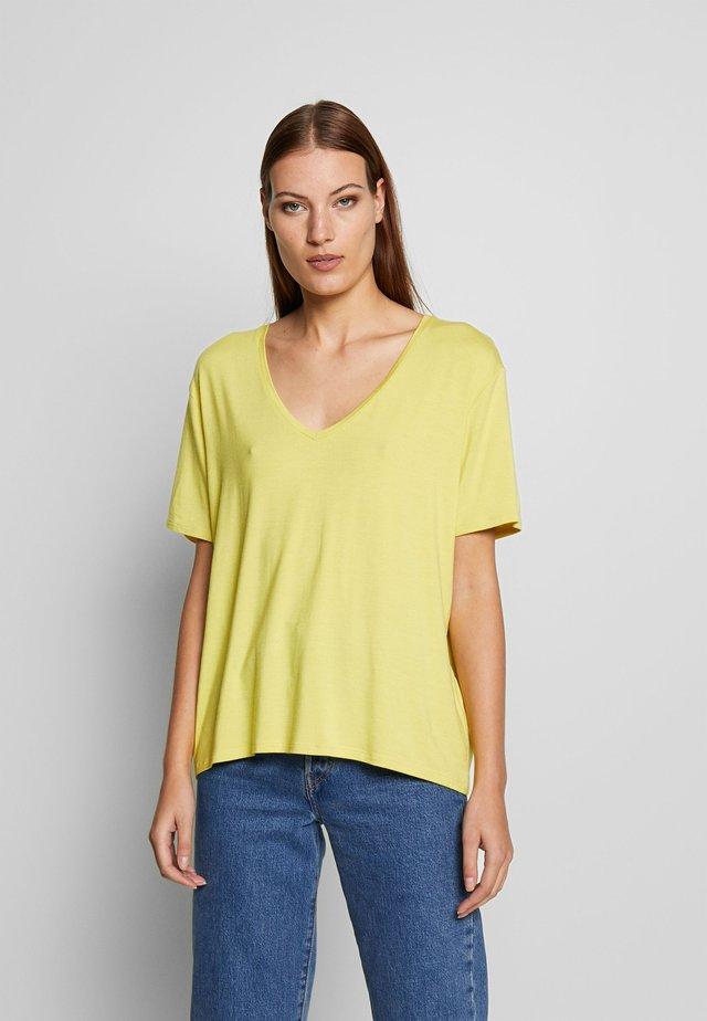 LANIELN V-NECK - T-Shirt basic - celery