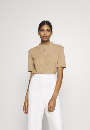 DREAMIELN ROLLNECK - Camiseta estampada - camel melange