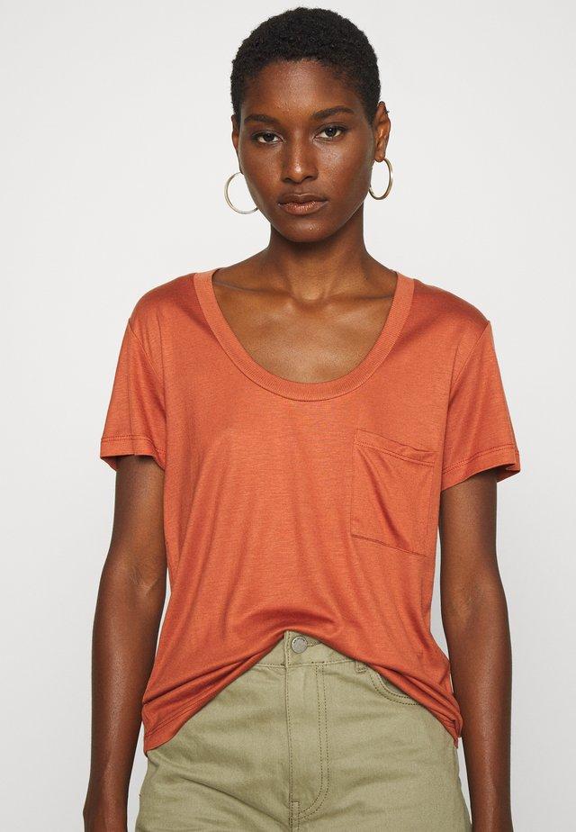 MOLLY DEEP ONECK - T-shirt basic - auburn