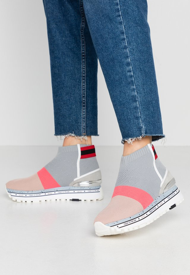 MAXI - High-top trainers - pink/grey