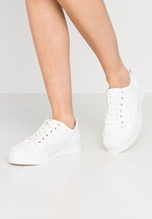 NETTIE - Matalavartiset tennarit - white