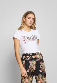 Liu Jo Jeans - MODA - T-shirts med print - white/multi-coloured - 0