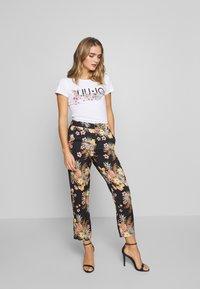 Liu Jo Jeans - MODA - T-shirts med print - white/multi-coloured - 1