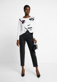 Liu Jo Jeans - MAGLIA - Jersey de punto - white pop face - 1