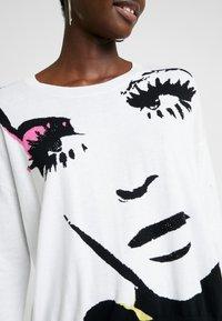Liu Jo Jeans - MAGLIA - Jersey de punto - white pop face - 5