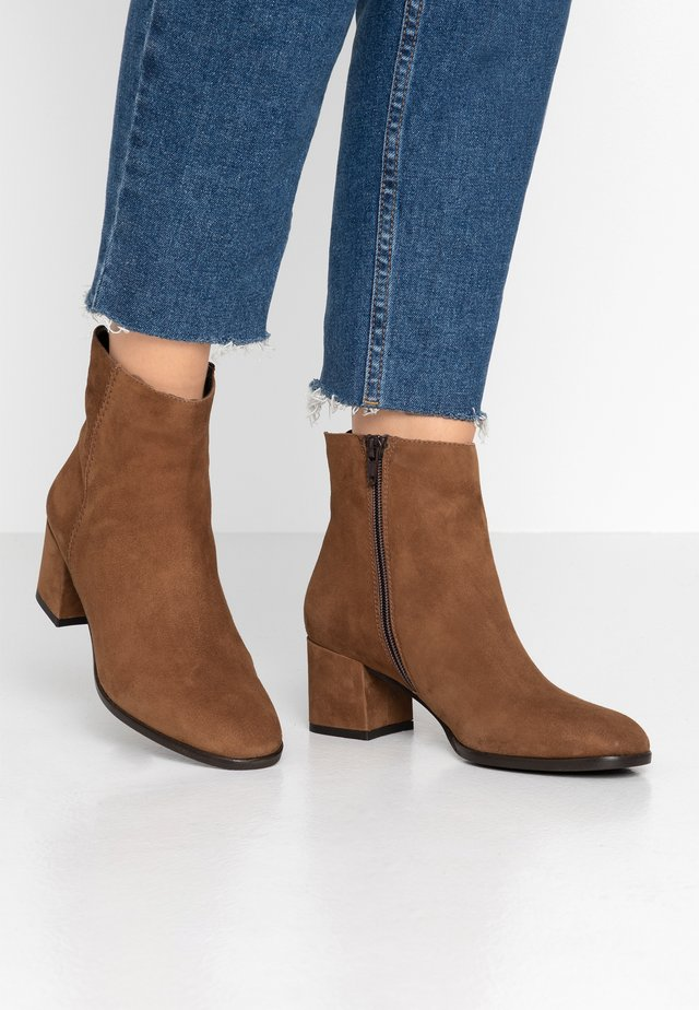 QUOLLY - Classic ankle boots - cognac
