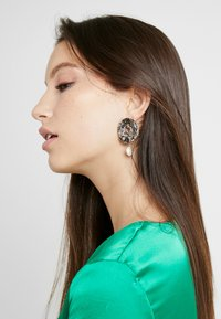 Leslii - Earrings - gold-coloured - 1