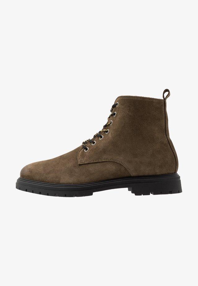 CAIO - Šněrovací kotníkové boty - bosco brown