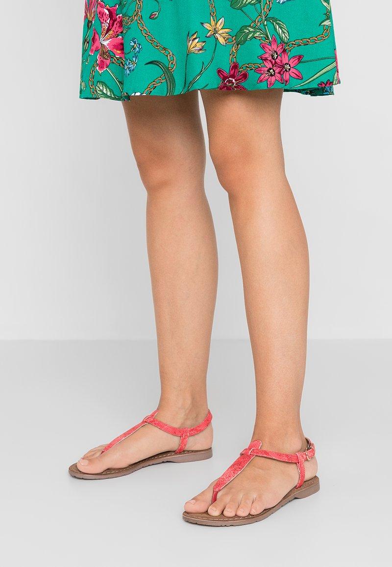 Lazamani - Sandály s odděleným palcem - coral