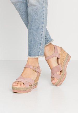 Sandały na obcasie - rosa