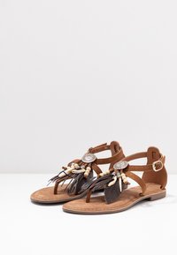Lazamani - T-bar sandals - cognac - 4