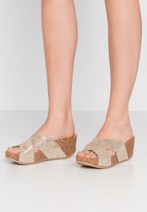 Pantofle na podpatku - platino