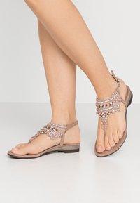 Lazamani - Sandály s odděleným palcem - nude - 0
