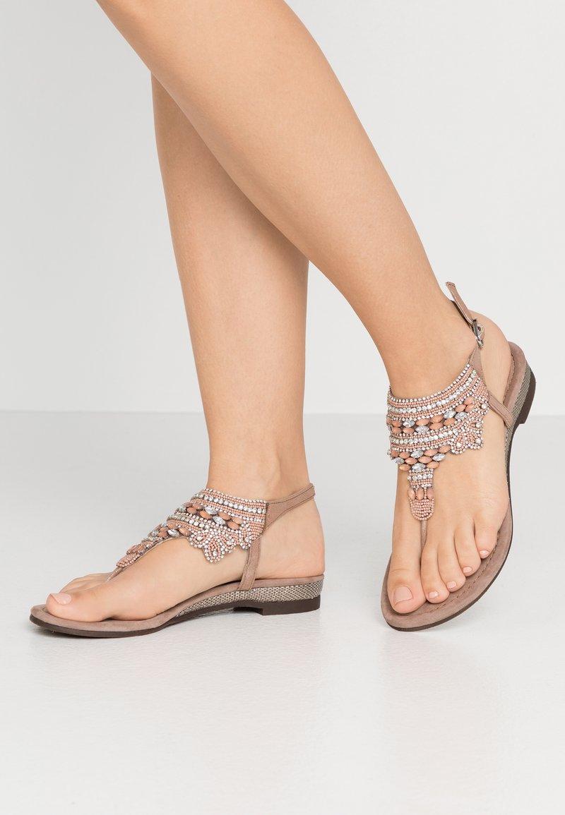 Lazamani - Sandály s odděleným palcem - nude