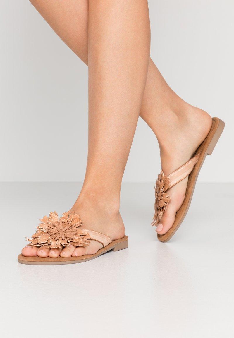 Lazamani - Sandály s odděleným palcem - tan