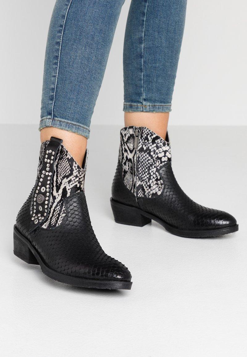 Lazamani - Kovbojské/motorkářské boty - black/white