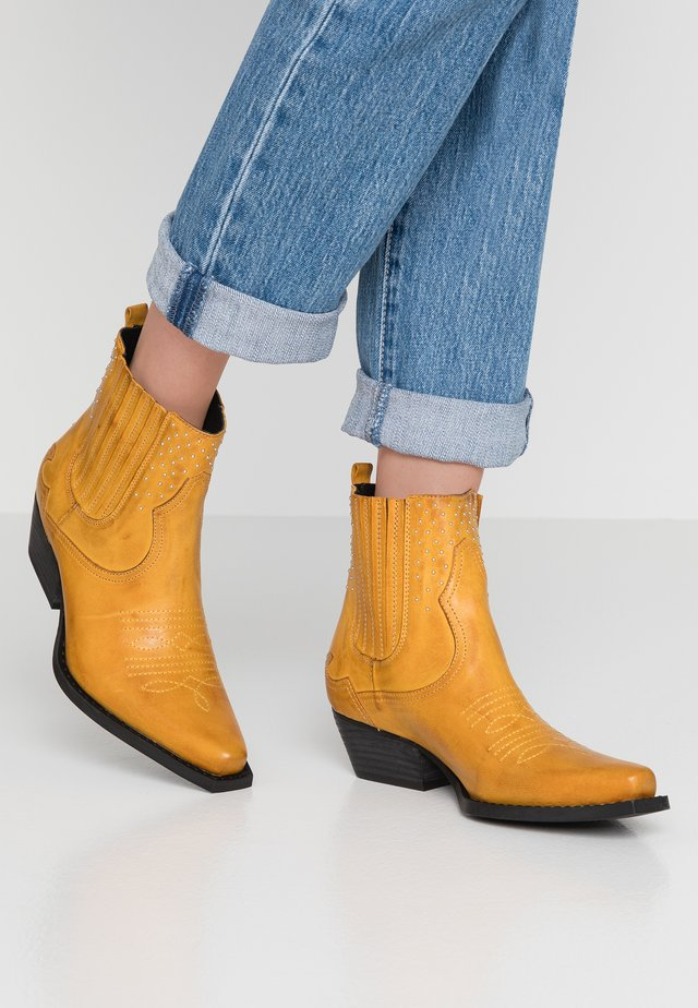 Cowboy/biker ankle boot - yellow