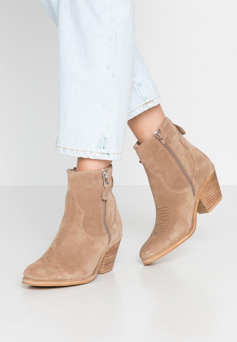 Lazamani - Cowboy/biker ankle boot - taupe