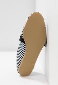 L37 WIDE FIT - STRAWBERRY SMOOTHIE WIDE FIT - Baleríny s páskem - white/black - 6