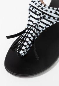 L37 WIDE FIT - GLAM SUMMER WIDE FIT - Sandály s odděleným palcem - white/black - 2