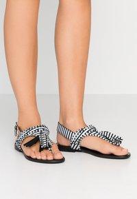 L37 WIDE FIT - GLAM SUMMER WIDE FIT - Sandály s odděleným palcem - white/black - 0