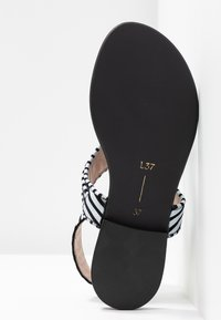 L37 WIDE FIT - GLAM SUMMER WIDE FIT - Sandály s odděleným palcem - white/black - 6