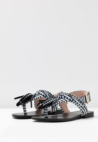 L37 WIDE FIT - GLAM SUMMER WIDE FIT - Sandály s odděleným palcem - white/black - 4