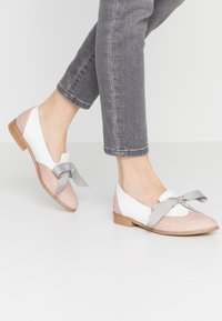 L37 WIDE FIT - MOUSE WORLD  - Loaferit/pistokkaat - white/nude - 0