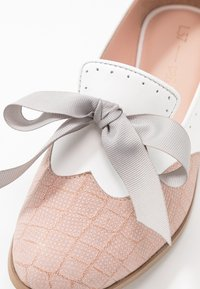 L37 WIDE FIT - MOUSE WORLD  - Loaferit/pistokkaat - white/nude - 2