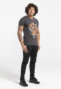 Liger - LIMITED TO 360 PIECES - BUTCHER BILLY - AVIATOR - Print T-shirt - dark heather grey melange - 1