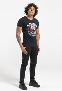 Liger - LIMITED TO 360 PIECES - CLAUDIA HEK - EASY RIDER - Print T-shirt - dark navy - 1