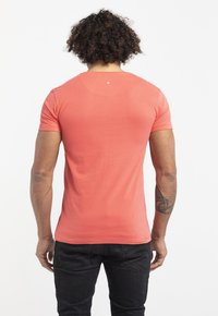 Liger - LIMITED TO 360 PIECES - HANS VAN OUDENAARDEN - PIN UP - Print T-shirt - coral - 2