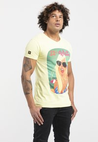 Liger - LIMITED TO 360 PIECES - WILLIAM DALEBOUT - SURF - Print T-shirt - yellow - 3
