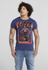 Liger - LIMITED TO 360 PIECES - VINCE RUARUS - BIKE - Print T-shirt - royal blue - 0