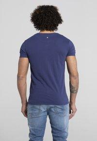 Liger - LIMITED TO 360 PIECES - VINCE RUARUS - BIKE - Print T-shirt - royal blue - 2