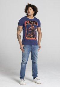 Liger - LIMITED TO 360 PIECES - VINCE RUARUS - BIKE - Print T-shirt - royal blue - 1