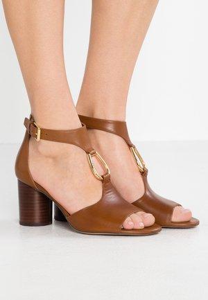 ELESIA - Sandalen - deep saddle tan