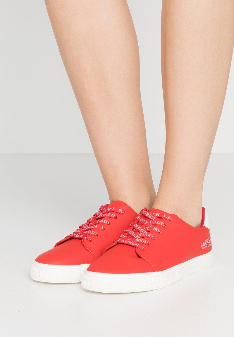 Lauren Ralph Lauren - JOANA - Sneakersy niskie - sporting red/white