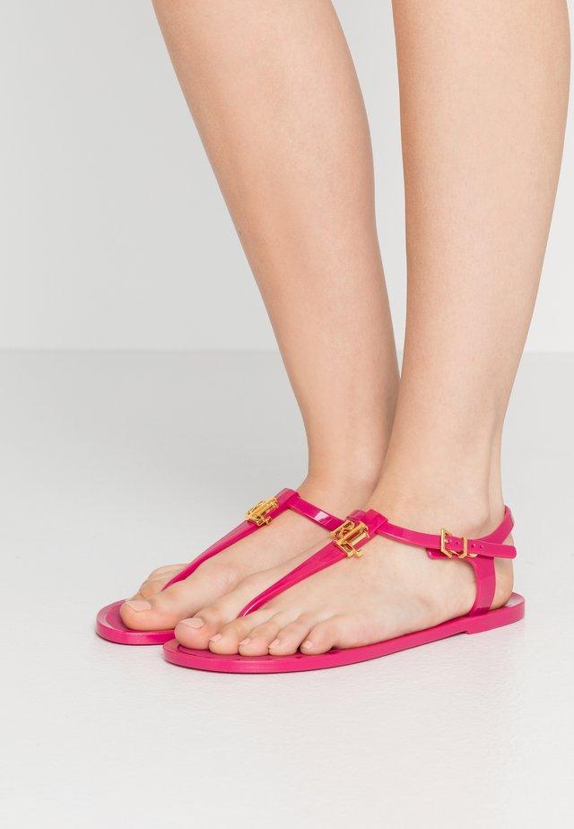 ASHTYN - Sandály s odděleným palcem - deep fuchsia