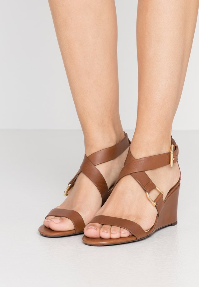 CHADWELL CASUAL WEDGE - Sandalen met sleehak - deep saddle tan
