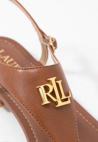 Lauren Ralph Lauren - BURNISHED ELLINGTON - Sandaler m/ tåsplit - deep saddle tan - 2