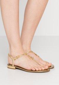 Lauren Ralph Lauren - ELMSTEAD - Sandály s odděleným palcem - gold rush - 0