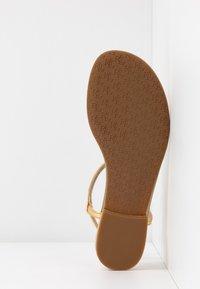 Lauren Ralph Lauren - ELMSTEAD - Sandály s odděleným palcem - gold rush - 6