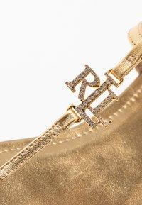 Lauren Ralph Lauren - ELMSTEAD - Sandály s odděleným palcem - gold rush - 2
