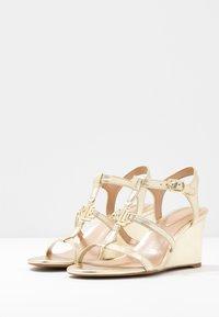 Lauren Ralph Lauren - METALLIC CHARLTON - Wedge sandals - pale gold - 4