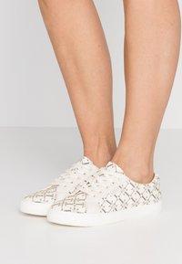 Lauren Ralph Lauren - PRINTED JAYCEE - Sneakersy niskie - vanilla heritage - 0