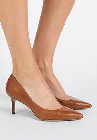 Lauren Ralph Lauren - SUPER SOFT LANETTE - Tacones - deep saddle tan - 0